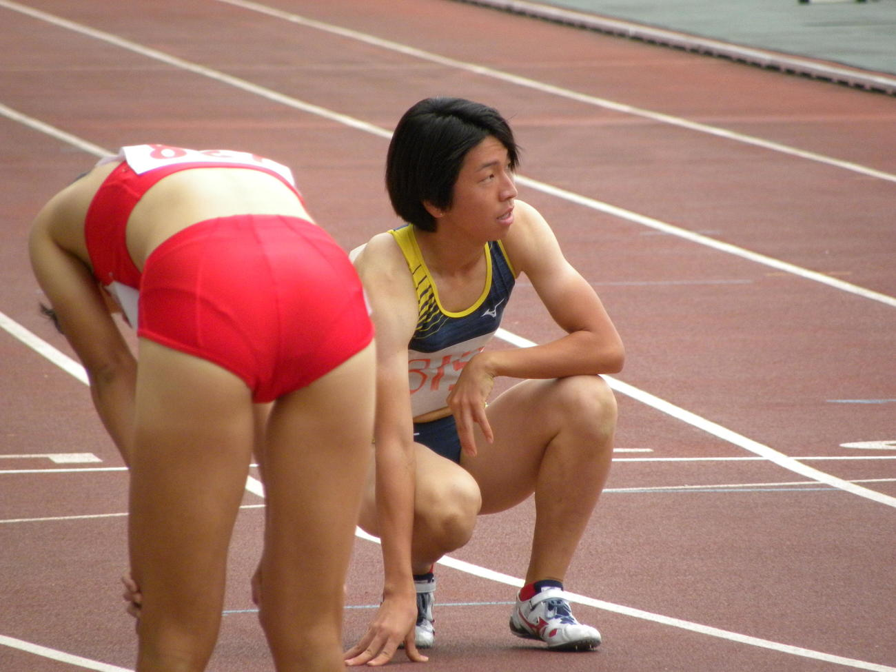 陸上の大阪選手権女子400メートル決勝後に悔しげな表情を見せる青山聖佳(撮影・松本航)