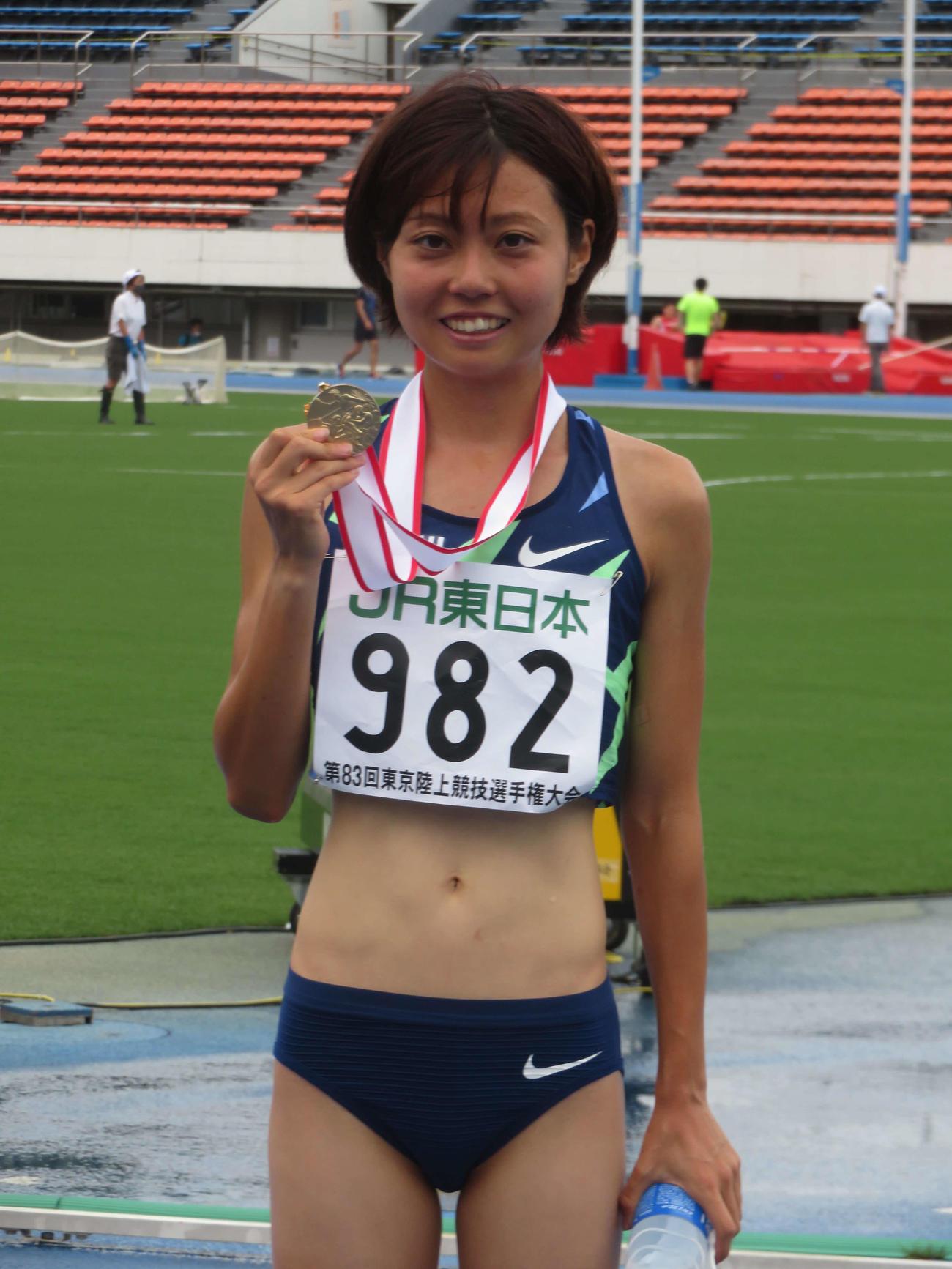 女子800メートルの金メダルを手にし、笑顔の卜部(撮影・上田悠太)
