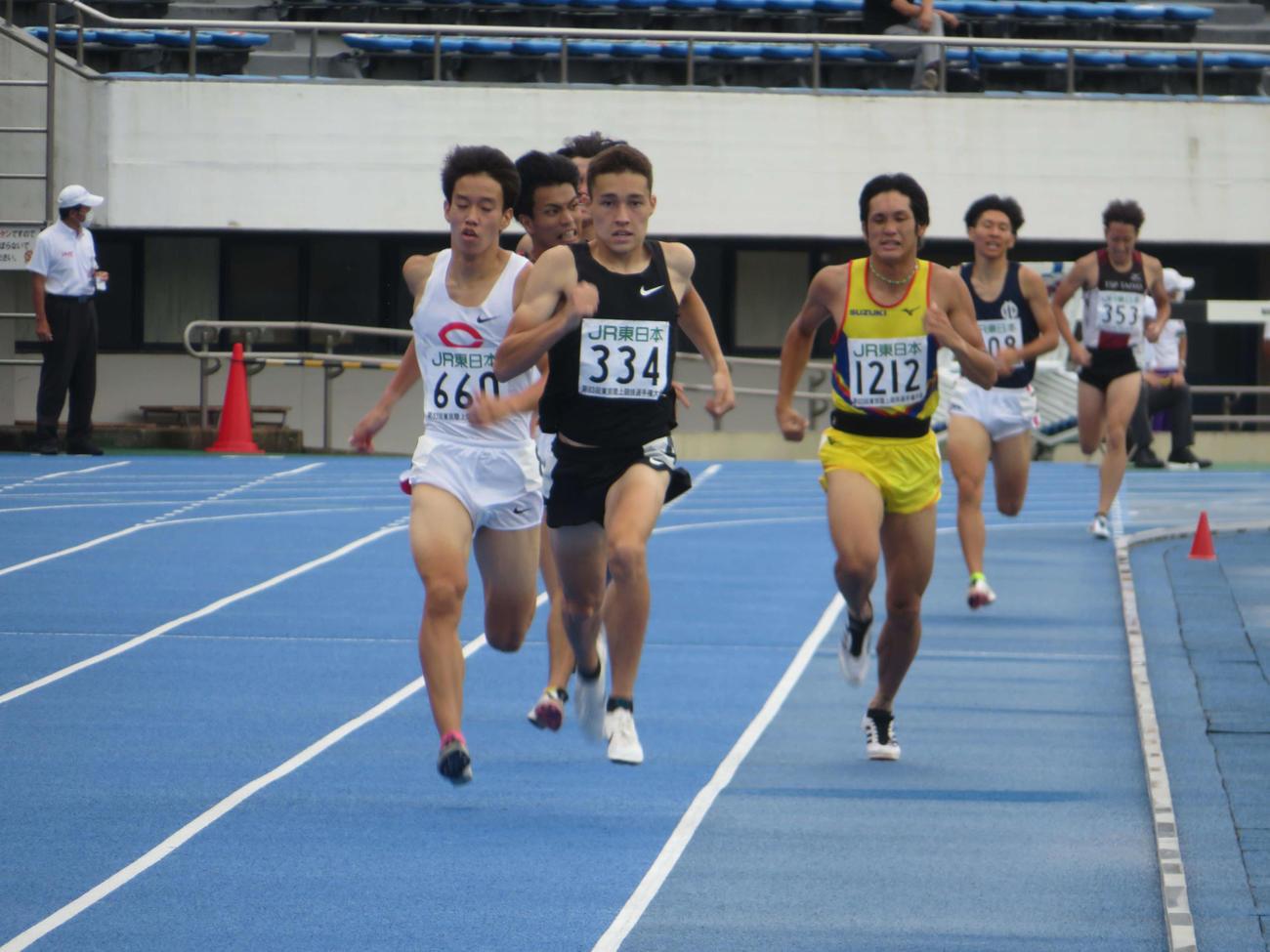 男子800メートル決勝で最後の逃げ切りするクレイ(ゼッケン334)(撮影・上田悠太)