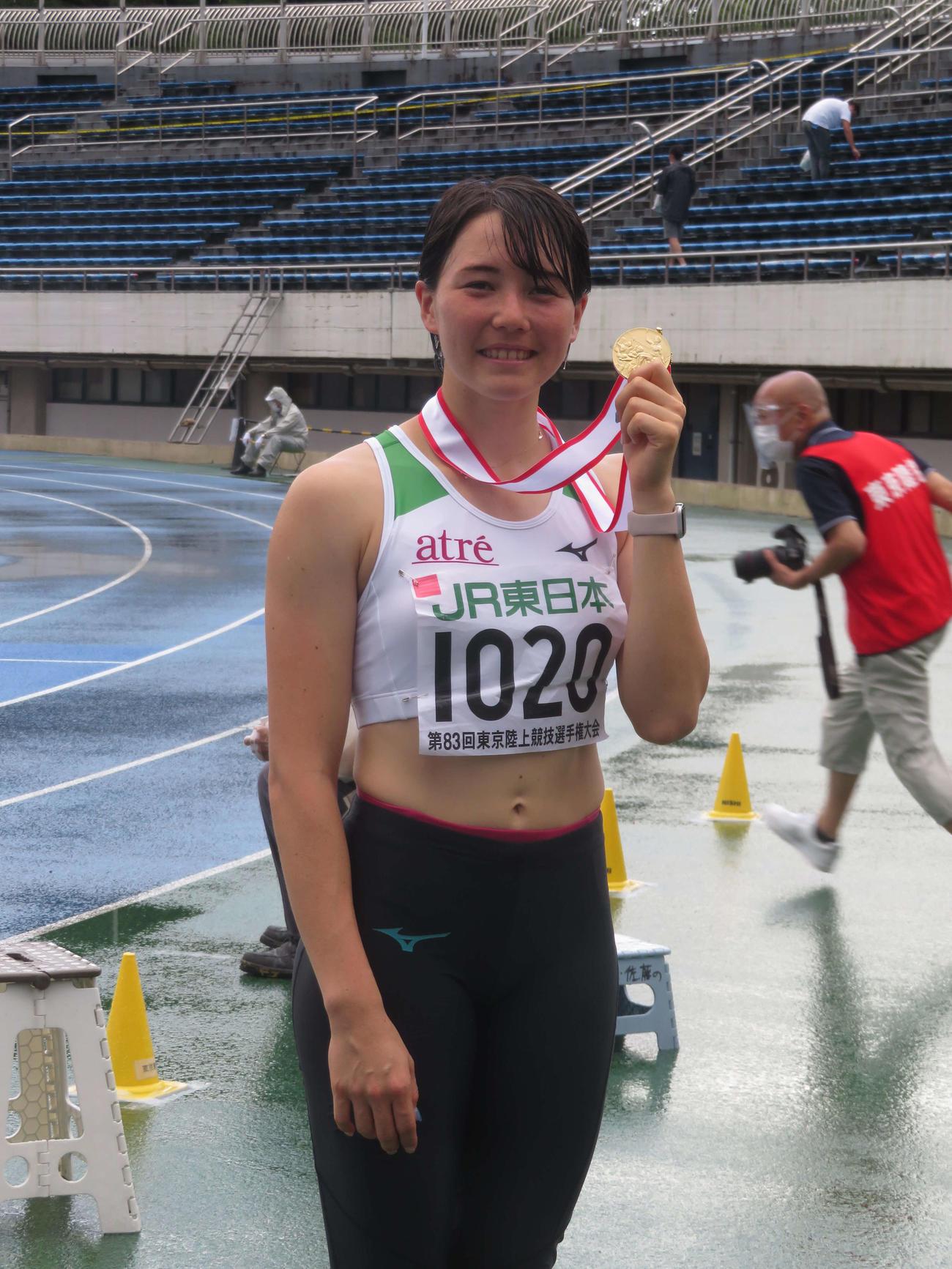 7種競技を優勝し、笑顔で金メダルを手にするヘンプヒル(撮影・上田悠太)