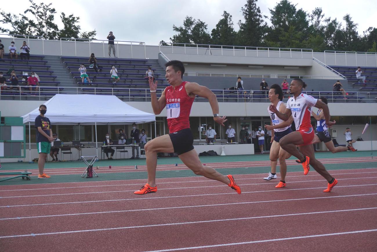 男子100メートル決勝でトップで走る桐生(c)アミューズ