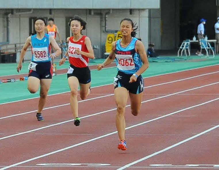 200メートル女子を25秒45で制した佐藤瑠海(右)