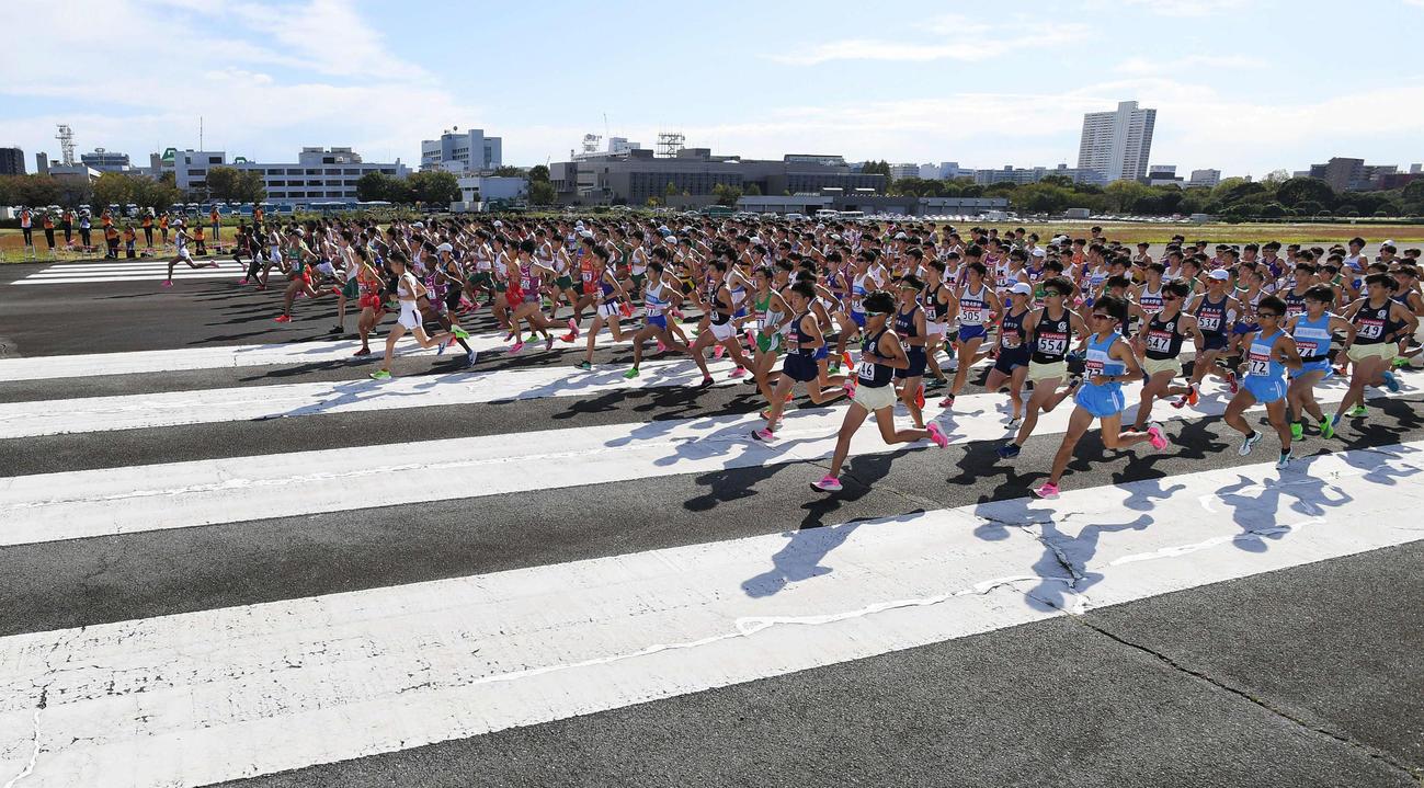 19年10月、箱根駅伝予選会で、陸上自衛隊立川駐屯地の滑走路からスタートする選手たち