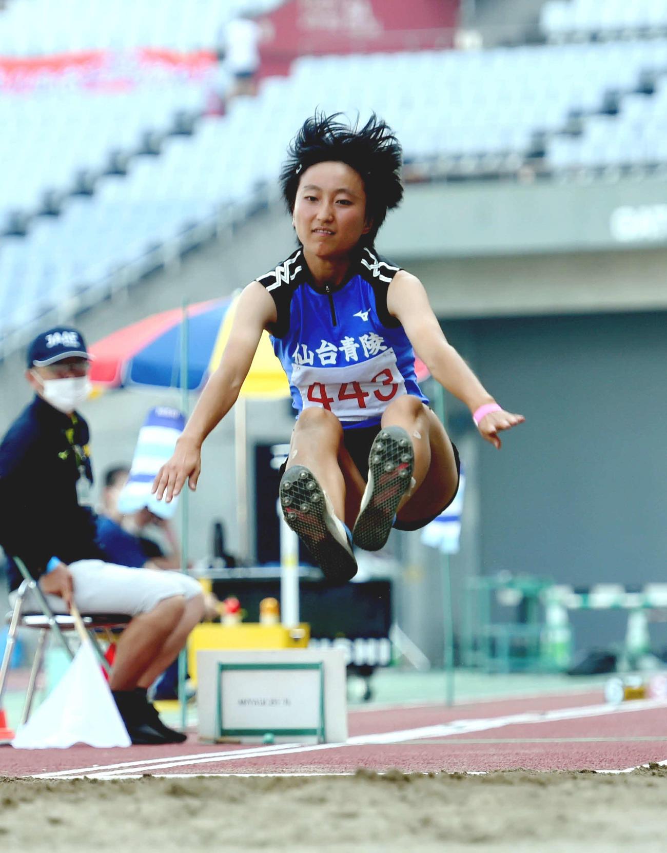 女子3段跳びで優勝した仙台青陵中教校・川村(撮影・相沢孔志)