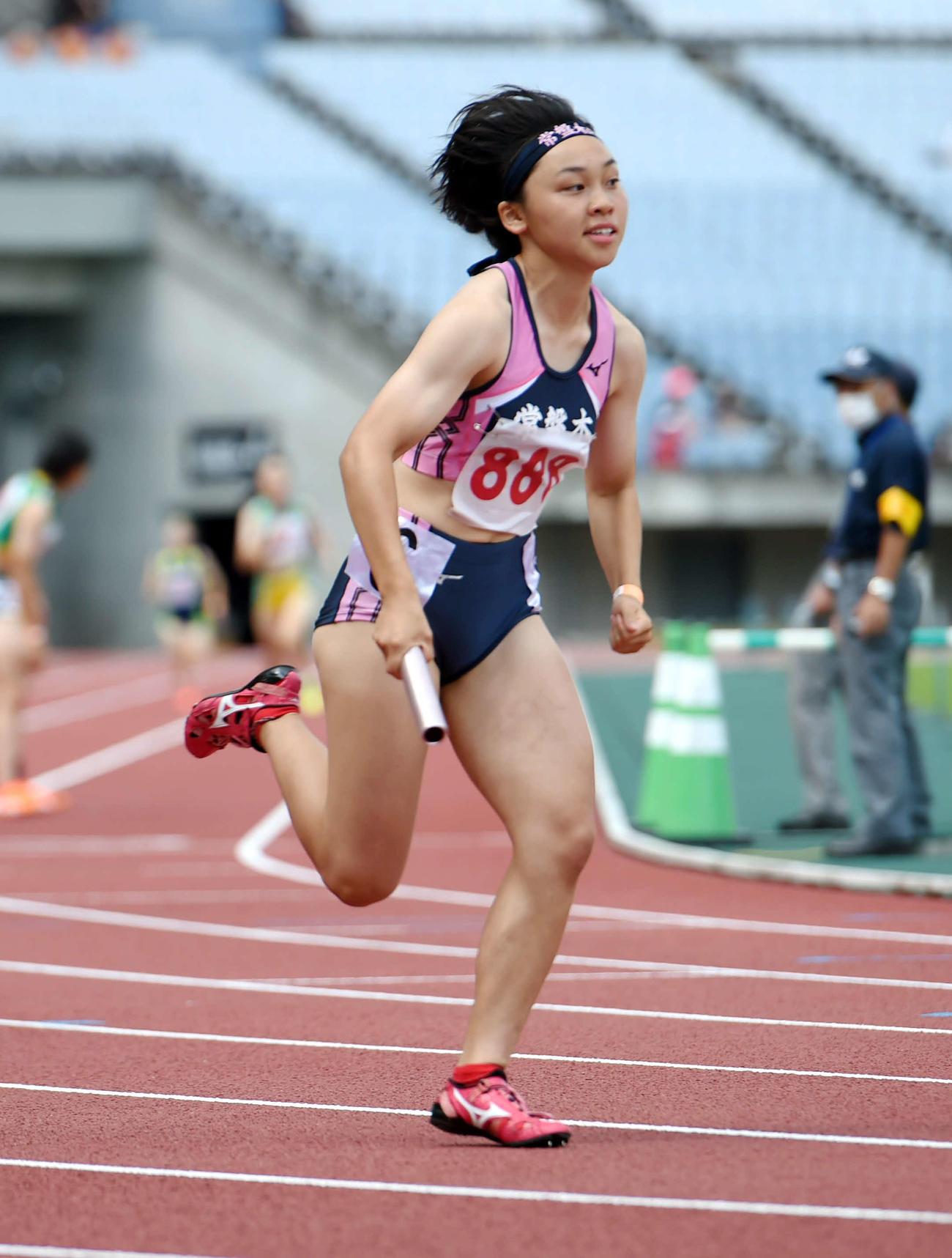 女子1600メートルリレーで2走を務めた常盤木学園・竹内(撮影・相沢孔志)