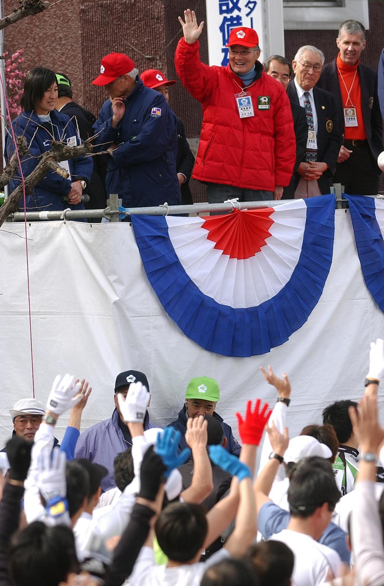 04年青梅マラソンでランナーに手を振って激励する長嶋茂雄氏