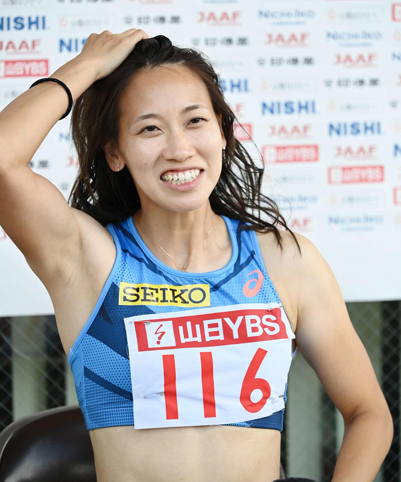女子100メートルタイムトライアル決勝後、囲み取材で髪をかきあげる福島(撮影・鈴木みどり)