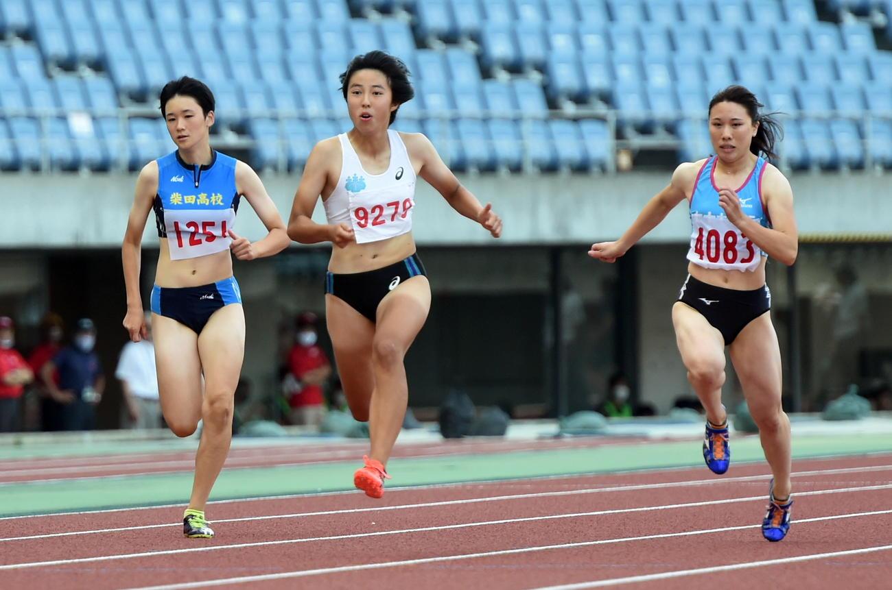 8月22日、宮城県陸上競技選手権の女子100メートルを制した筑波大・三浦(中央)と並走する柴田・鵜沢(左)(撮影・山田愛斗)
