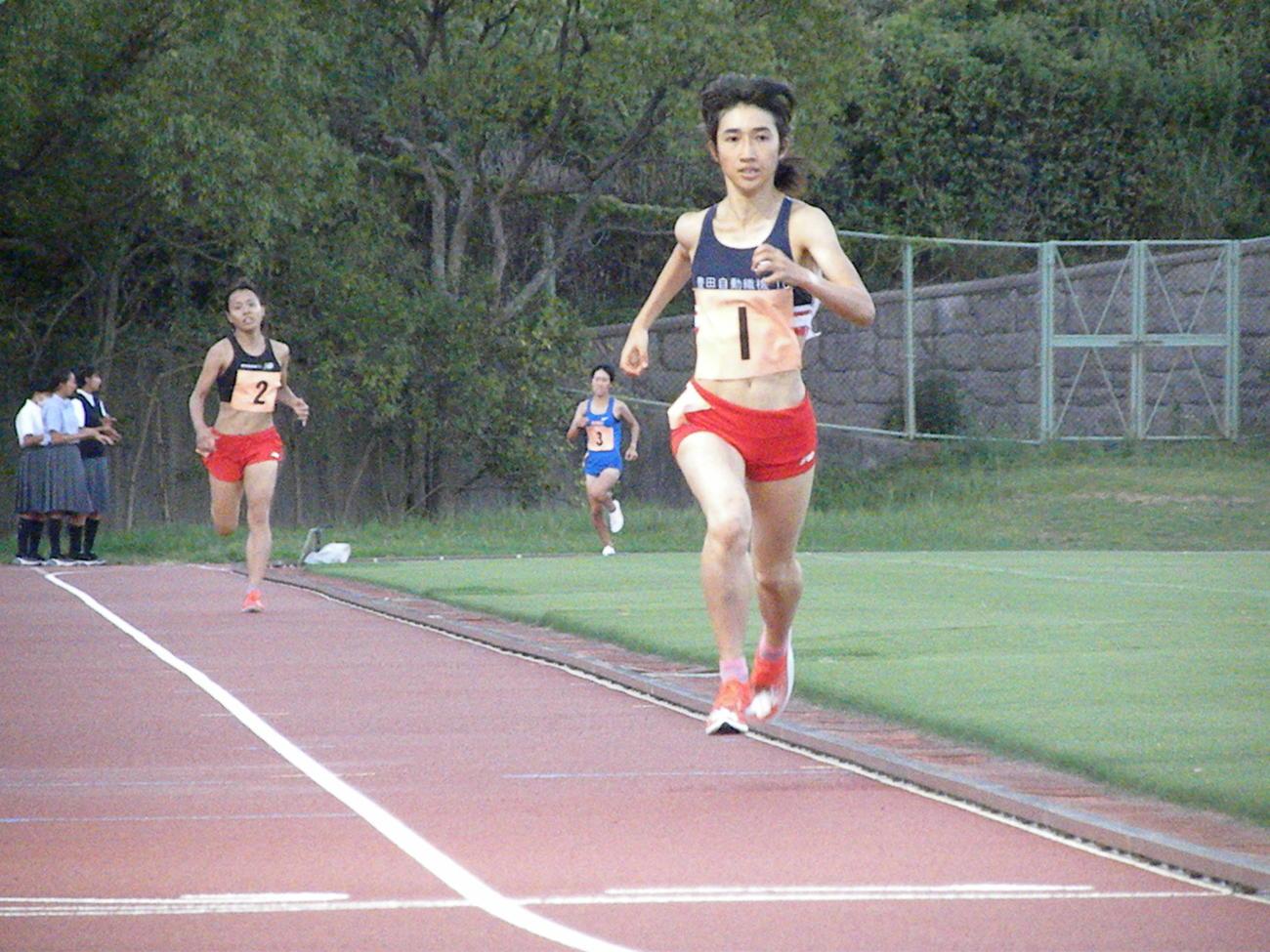 神戸市長距離記録会女子1500メートルで力走する田中希実(撮影・松本航)