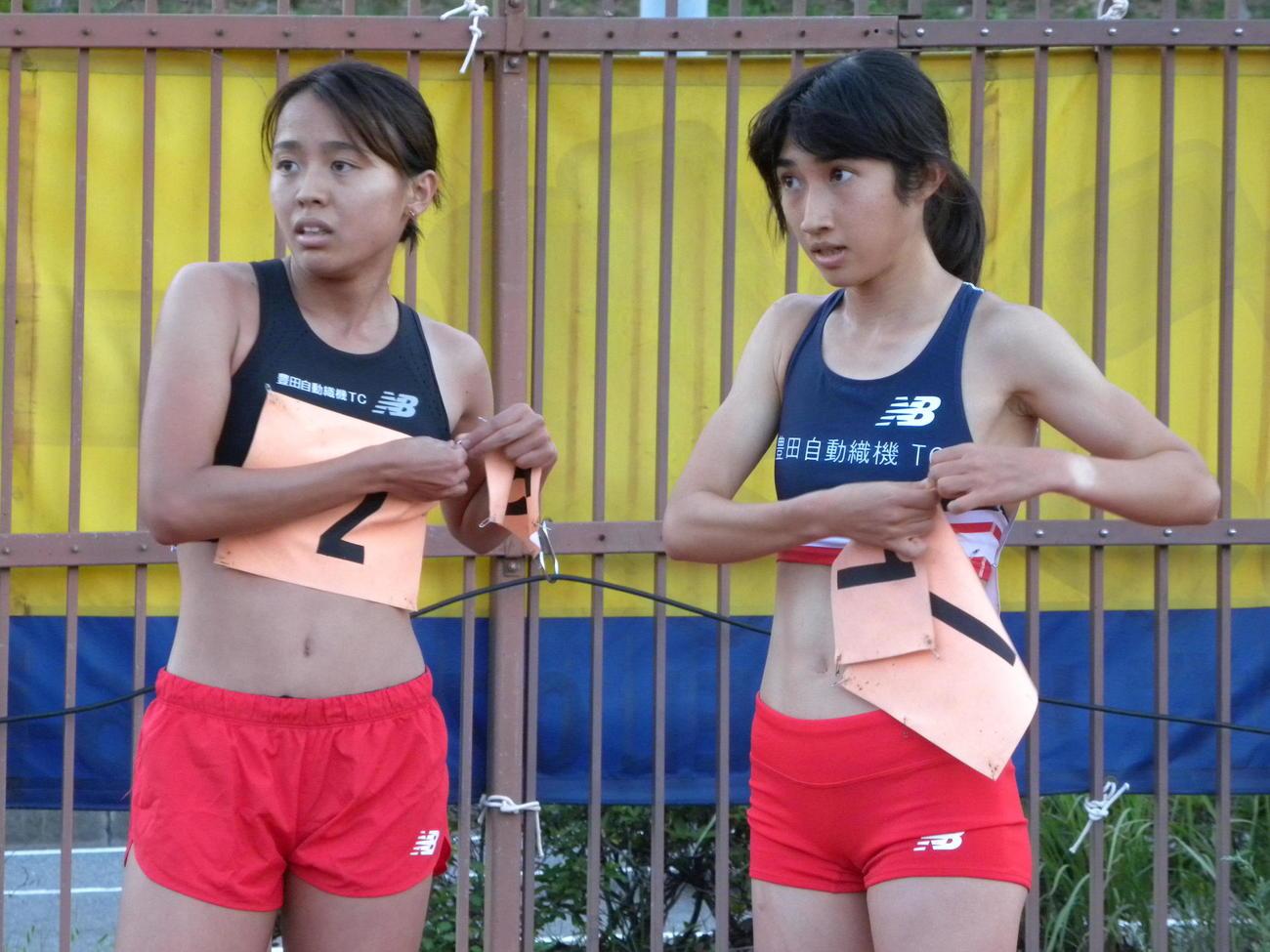 神戸市長距離記録会女子1500メートル後に言葉を交わす田中希実(右)と後藤夢(撮影・松本航)