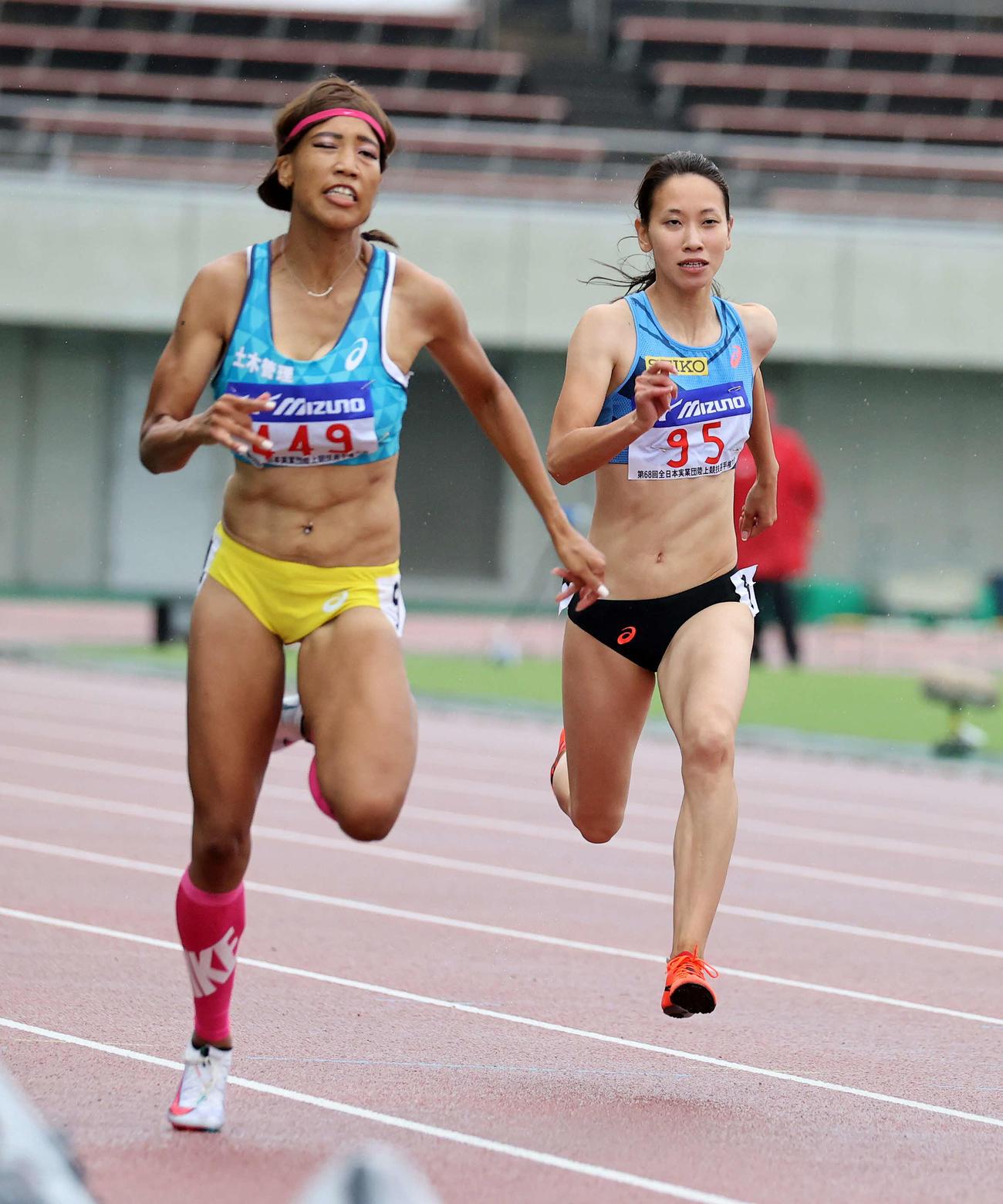 女子100メートルで予選落ちした福島(右)左は君嶋(撮影・鈴木正人)