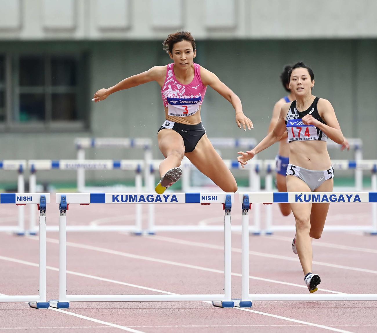 女子400メートル障害で優勝した宇都宮(左)(撮影・鈴木みどり)