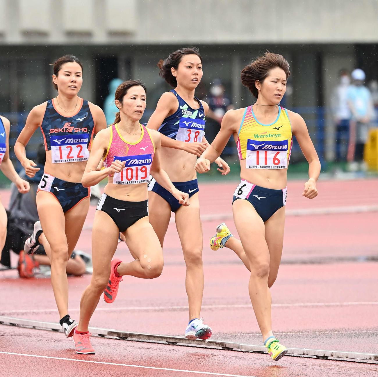 女子800メートルで優勝した卜部(右から2人目)(撮影・鈴木みどり)