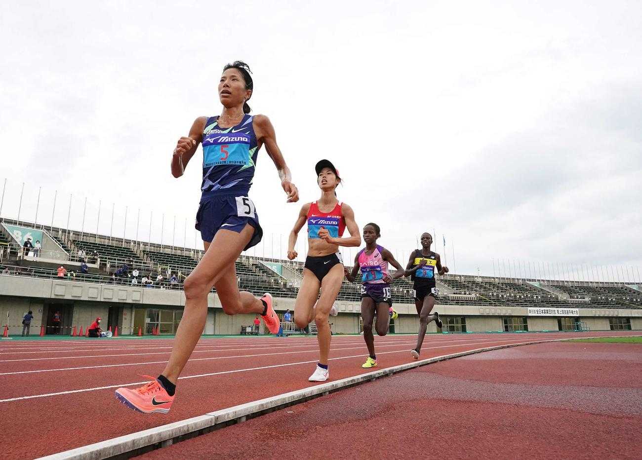 女子5000メートルで日本人1位の新谷(左)と同2位の広中(左から2人目)(撮影・鈴木みどり)