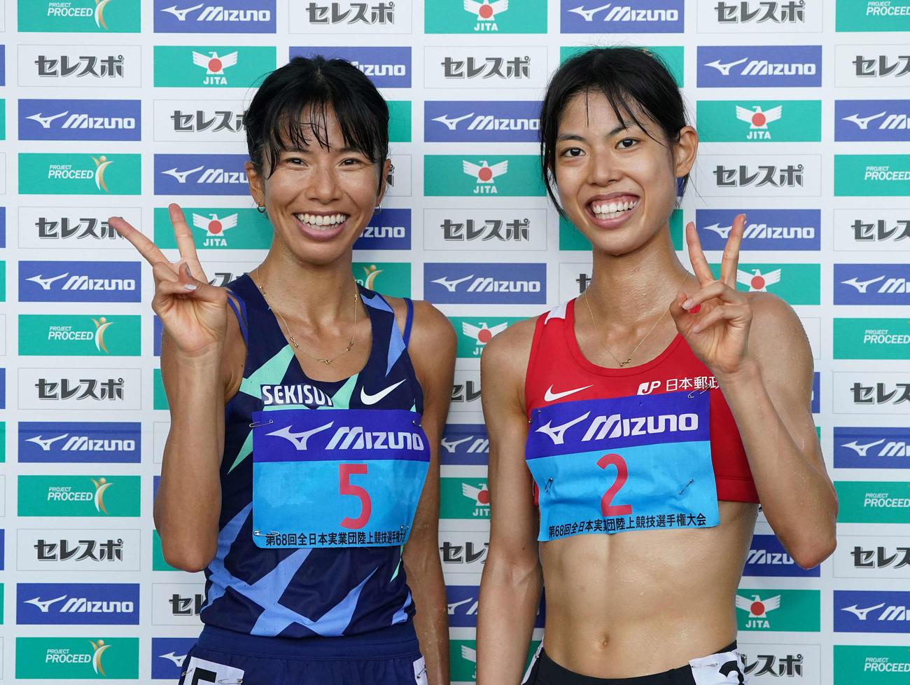 女子5000メートルで日本人1位の新谷(左)と同2位の広中は笑顔でピース(撮影・鈴木みどり)