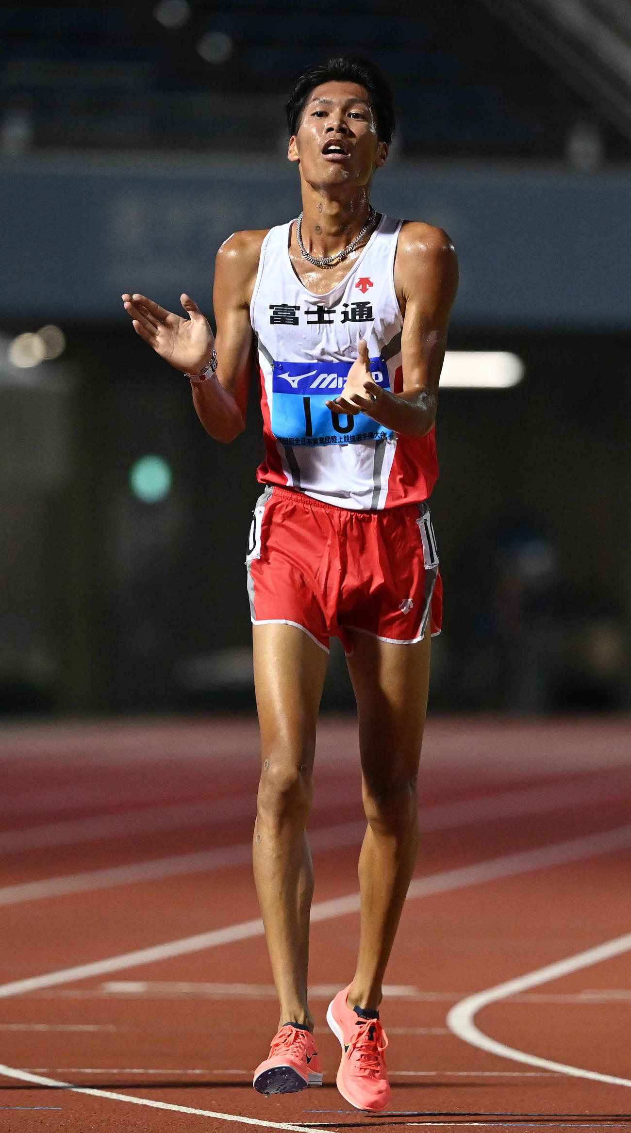 男子5000メートルで日本人1位でゴールし、手をたたく坂東(撮影・鈴木みどり)