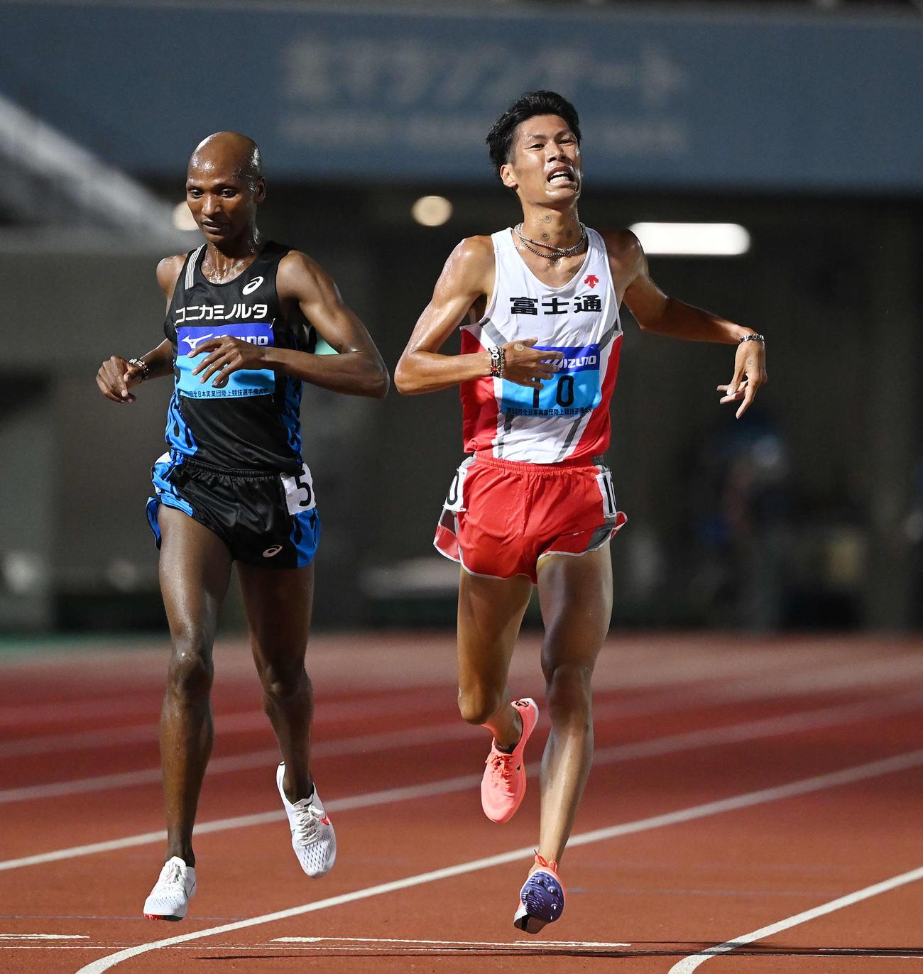 男子5000メートルで日本人1位の坂東(右)(撮影・鈴木みどり)