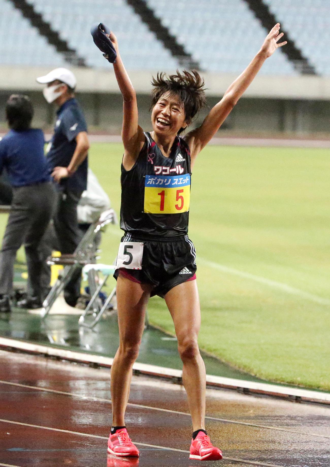 女子1万メートル決勝 3位に終わった福士加代子はゴール後手を挙げて満面の笑顔を見せる(撮影・上山淳一)