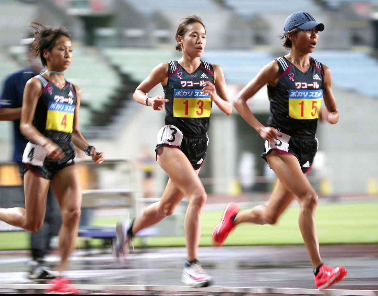 女子1万メートル決勝 女子1万メートル決勝 力走する、左から安藤友香、一山麻緒、福士加代子(撮影・上山淳一)