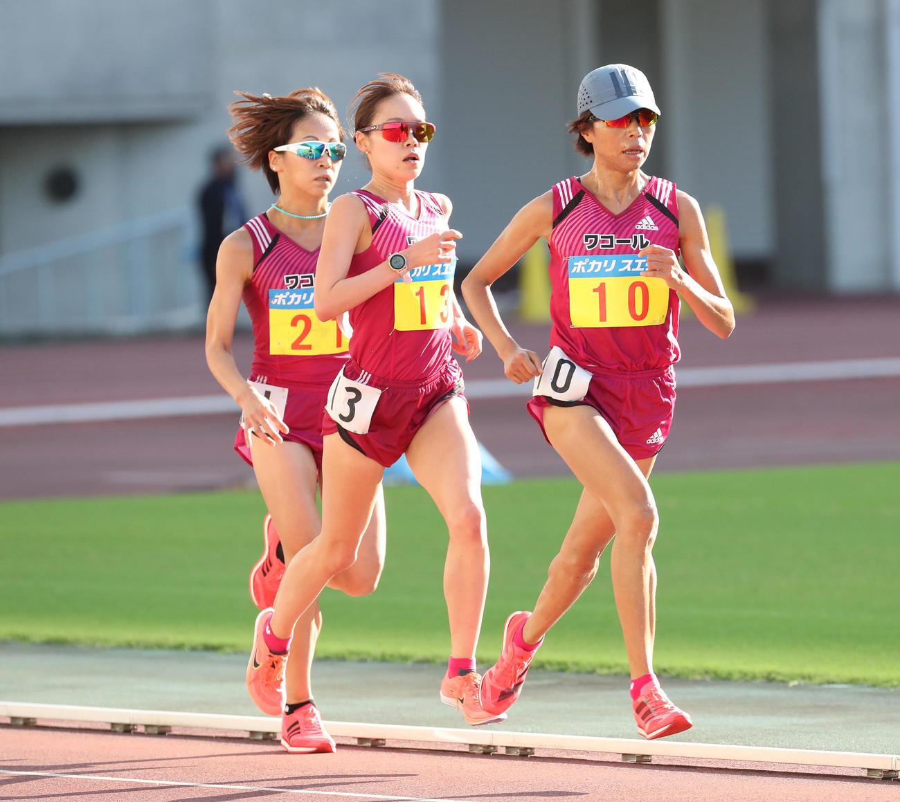 関西実業団陸上競技選手権大会 女子5000メートル決勝 力走する、右から、福士加代子、一山麻緒、安藤友香(撮影・白石智彦