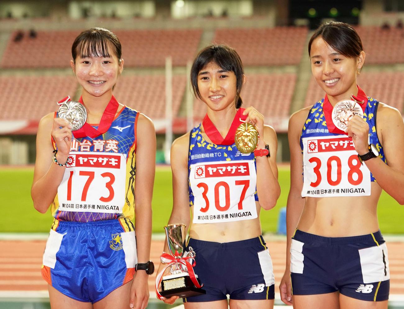 女子1500メートルで2位の仙台育英・米沢(左)はメダルを手に笑顔。中央は優勝した田中(撮影・江口和貴)
