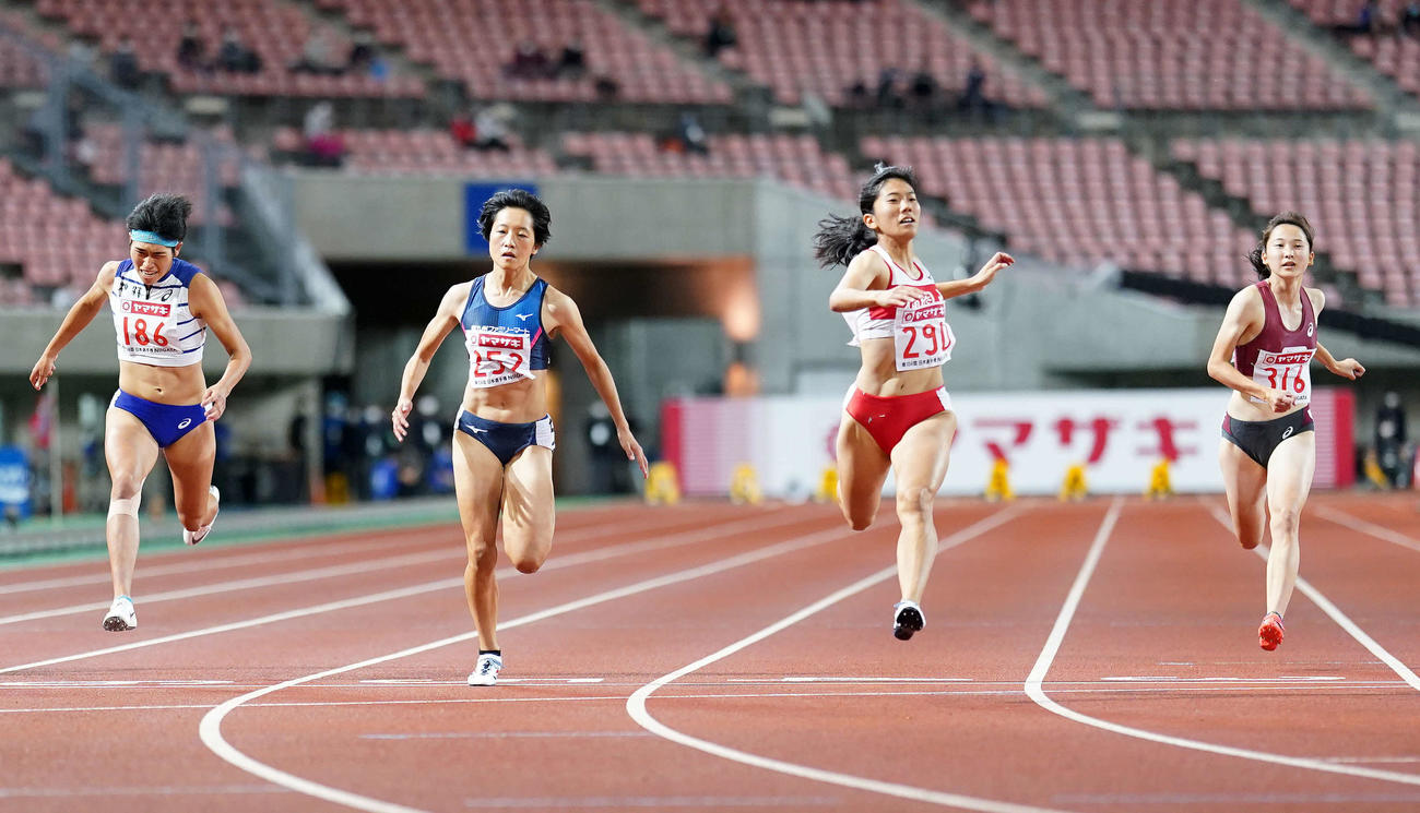 女子100メートルで優勝する児玉(中央右)(撮影・江口和貴)