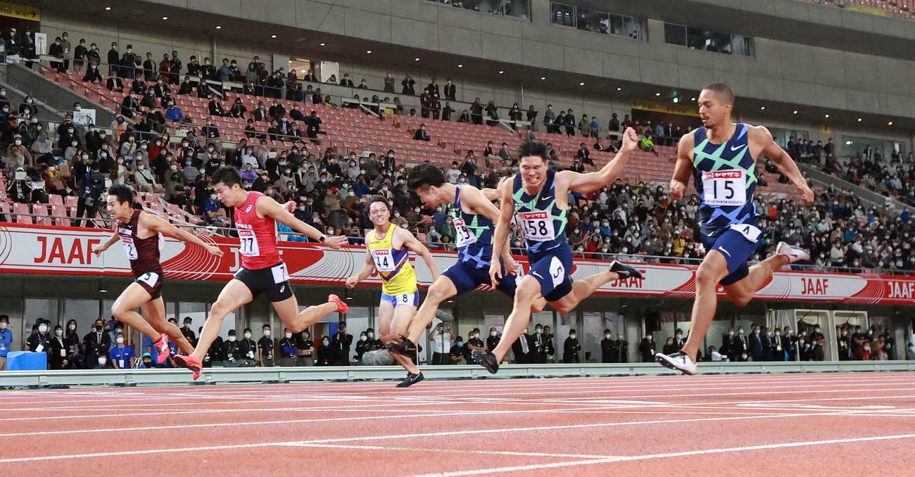 男子100メートルで優勝する桐生(左から2人目)(撮影・江口和貴)