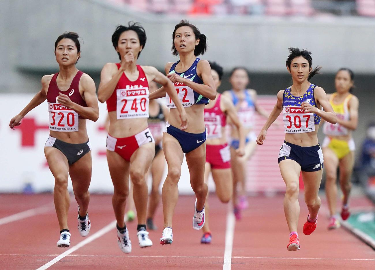 女子800メートル決勝で4位となった田中(右端)(撮影・江口和貴)