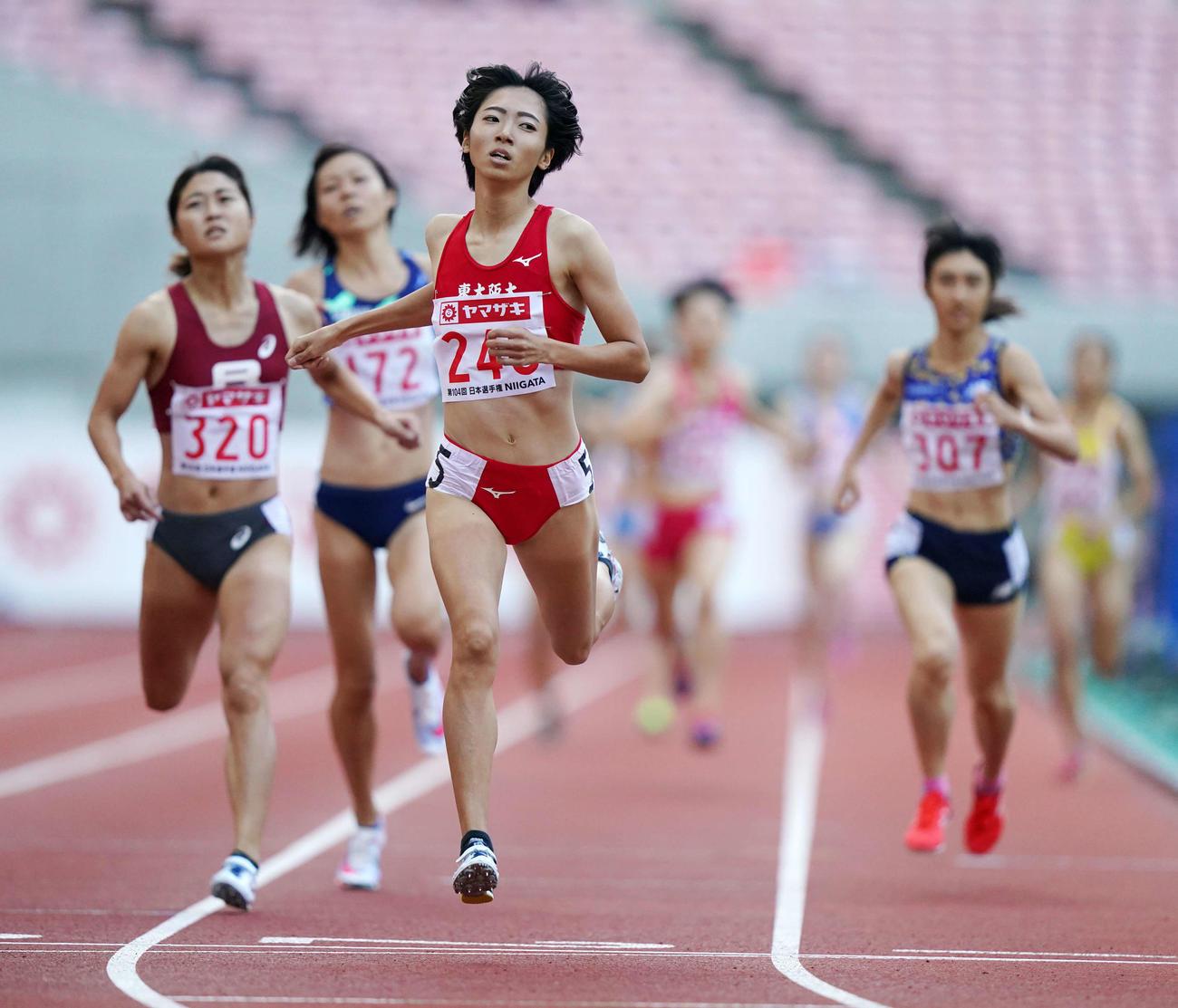 女子800メートルで優勝する川田(撮影・江口和貴)
