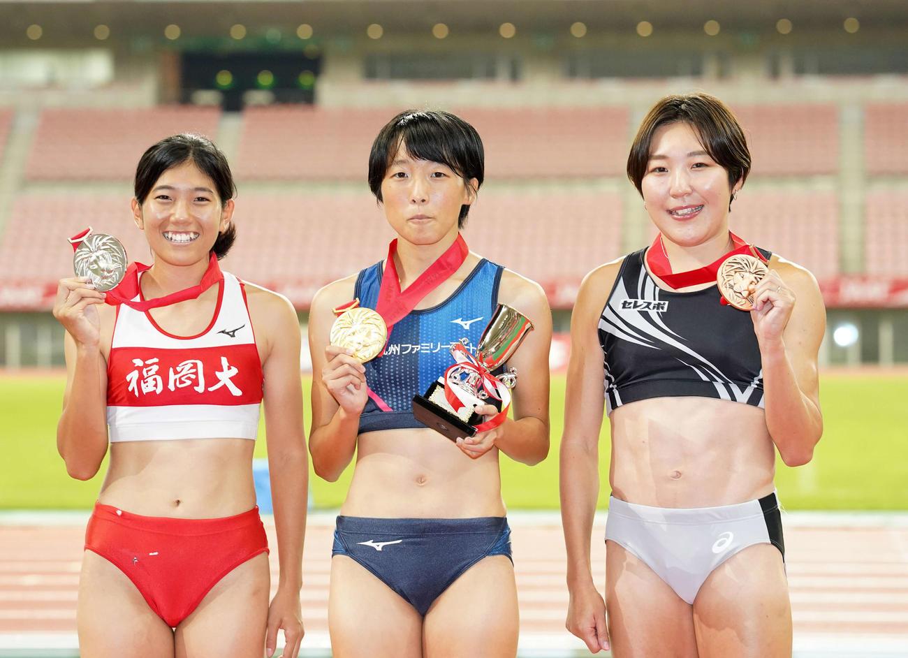 女子200メートルで優勝した鶴田(中央)。2位の児玉、右は3位の大石(撮影・江口和貴)