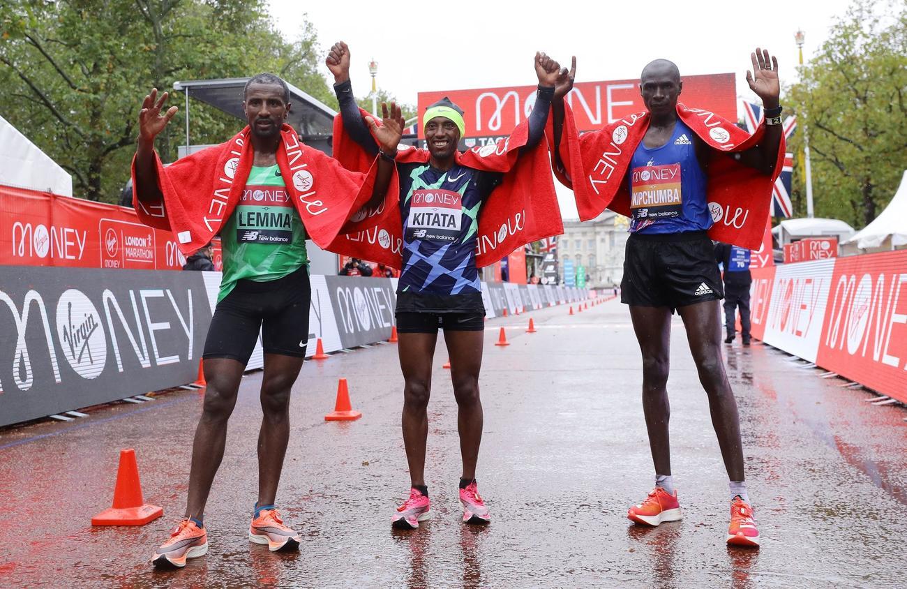 ロンドンマラソン シュラ・キタタ(エチオピア)が2時間5分41秒で初優勝。1秒差で2位にビンセント・キプチュンバ(ケニア)、4秒差で3位にシサイ・レンマが入賞(ロイター)