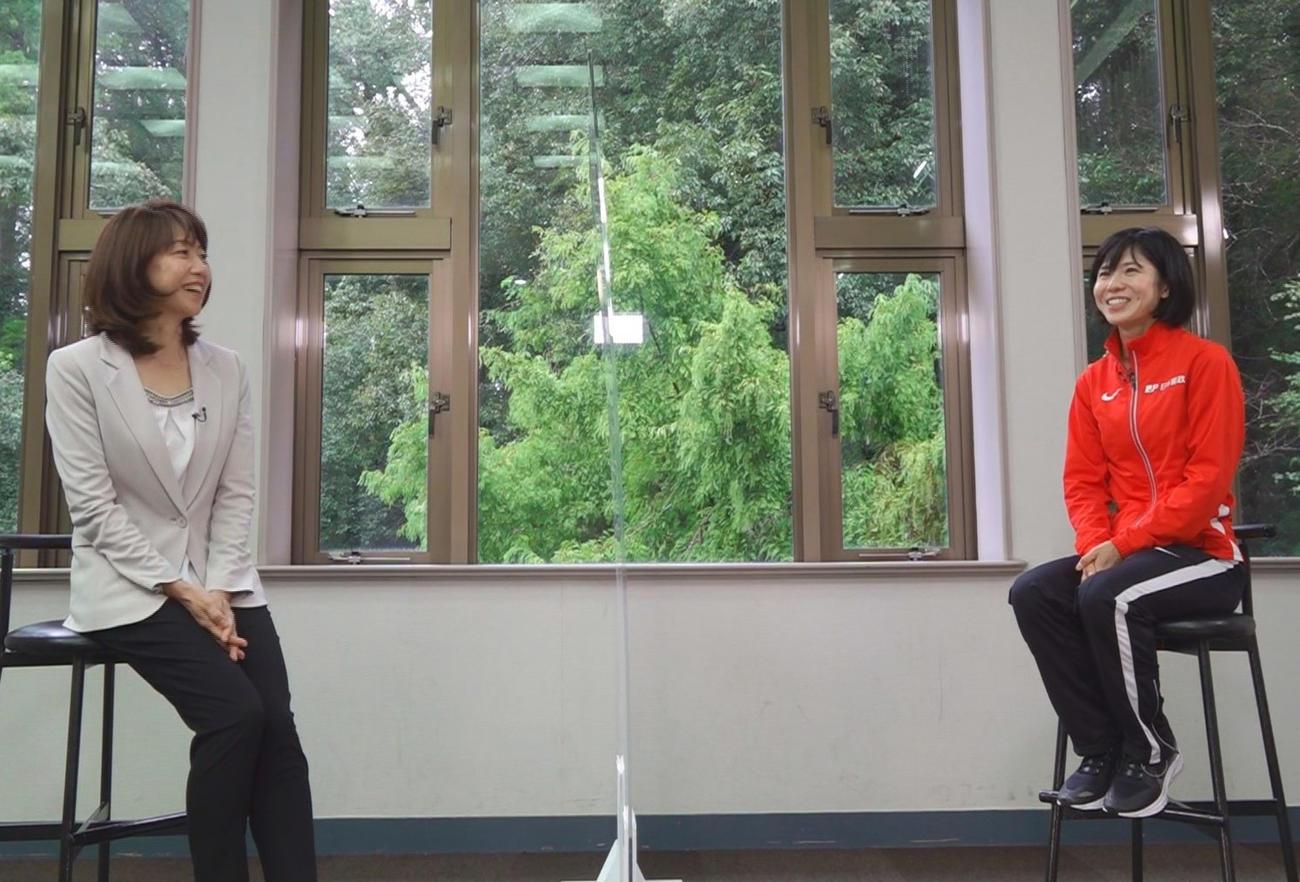 日本テレビ系で放送される「第38回全日本大学女子駅伝」で解説を担当するシドニー五輪女子マラソン金メダリストの高橋尚子さん(左)と対談した東京五輪女子マラソン代表の鈴木亜由子