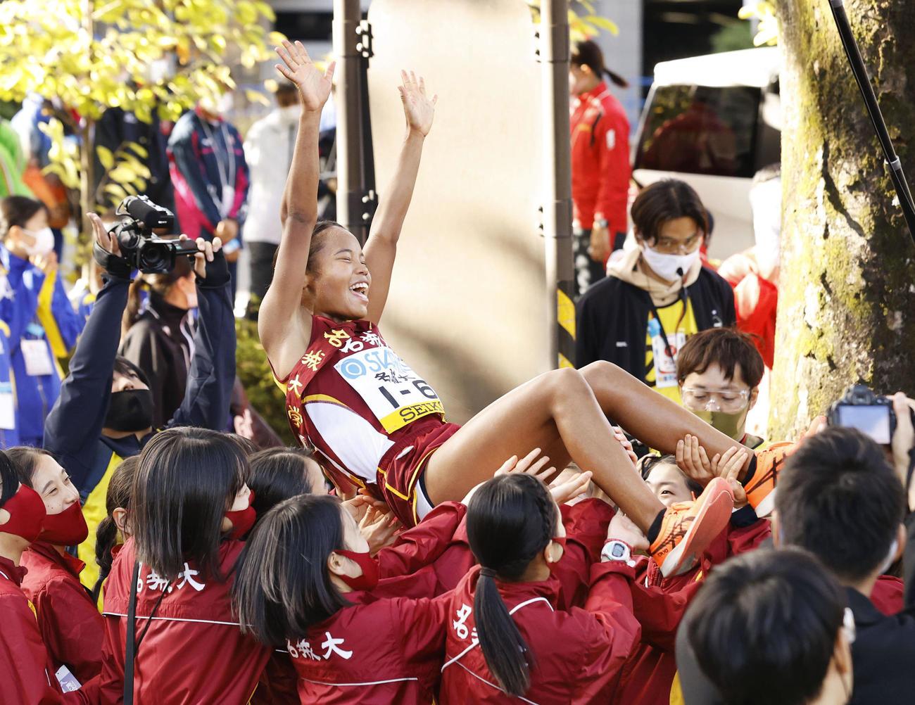 1位でゴールし、胴上げされる名城大のアンカー・高松智美ムセンビ。4連覇を果たした(共同)