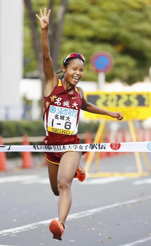 1位でゴールする名城大のアンカー・高松智美ムセンビ。史上3校目の4連覇を果たした(共同)