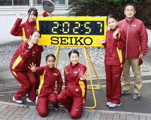 4連覇を果たし、笑顔でポーズをとる名城大の選手たち。右端は米田勝朗監督(共同)
