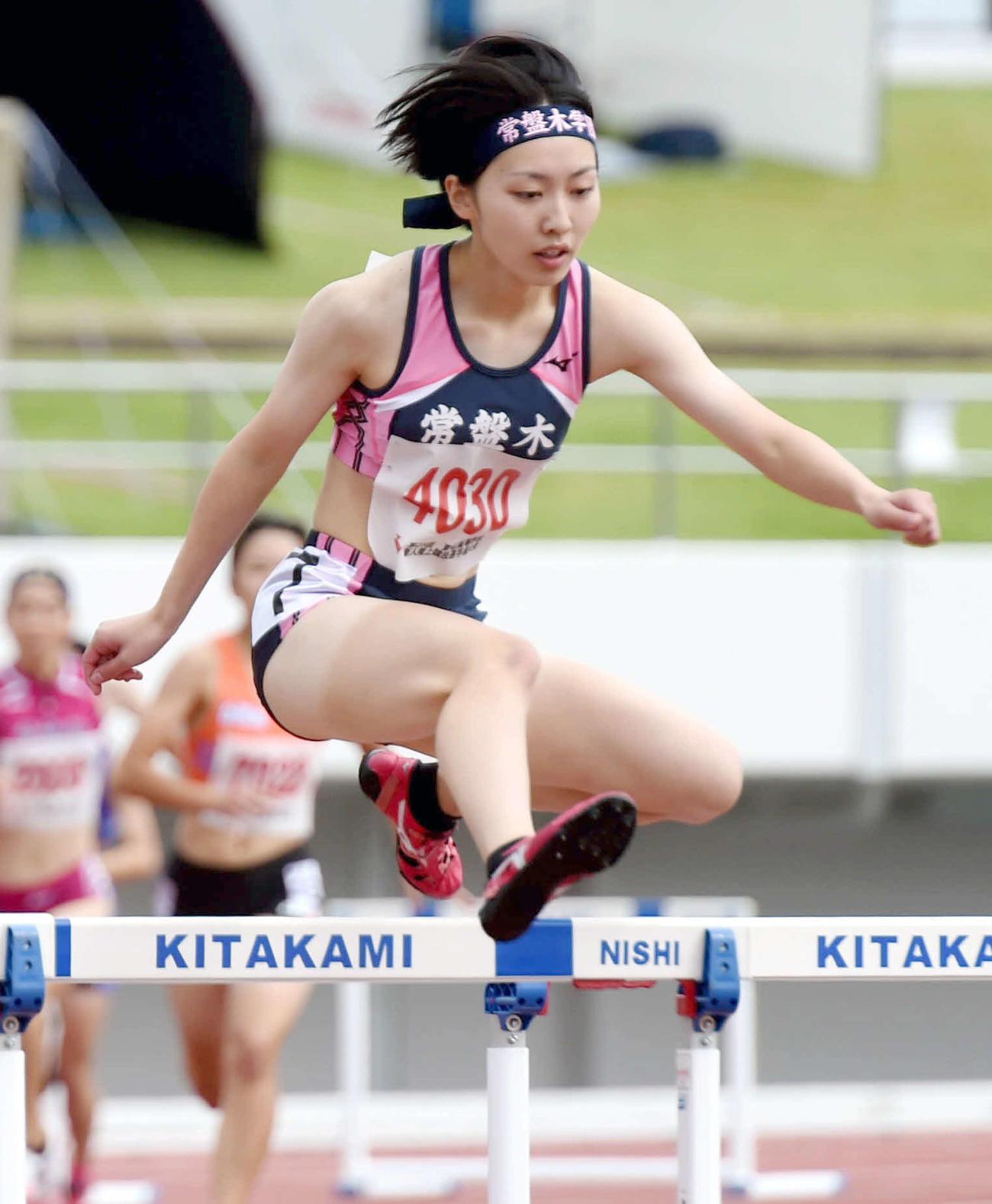 3日、東北高校新人女子400メートル障害で優勝する日下
