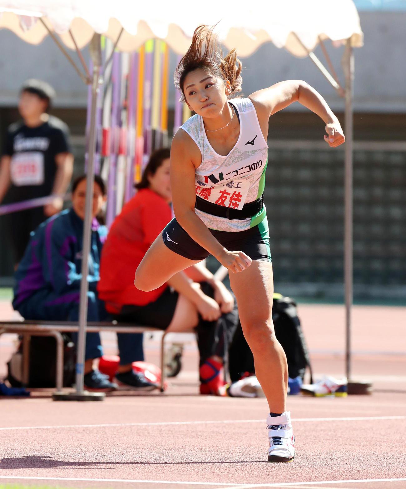 女子やり投げ決勝 60メートル69の距離を投げ優勝した佐藤友佳(撮影・加藤哉)