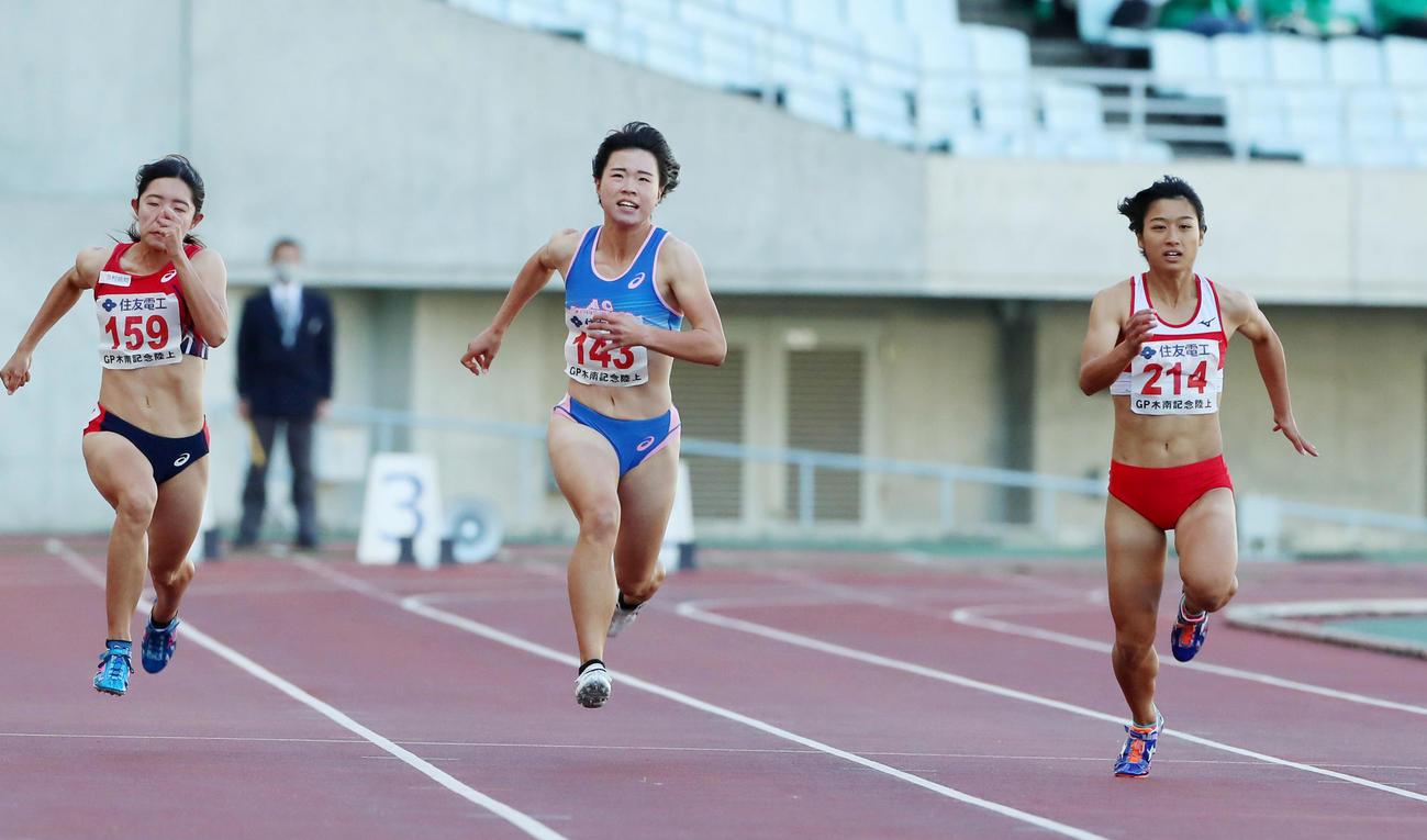 女子100メートル決勝 渡辺輝(右)は11秒88で優勝を決める(撮影・加藤哉)