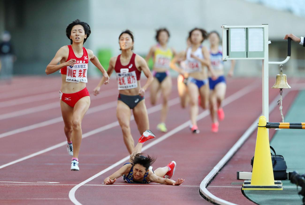 女子800メートル 田中はゴール直前で転倒するも上半身がフィニッシュラインを越え、総合1位となる(撮影・加藤哉)