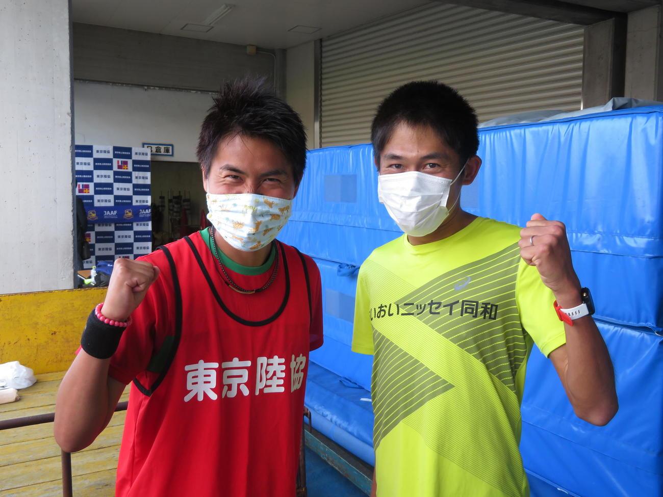 記者のリクエストに応じ、ツーショットでポーズを決めるM高史(左)と川内優輝(撮影・上田悠太)