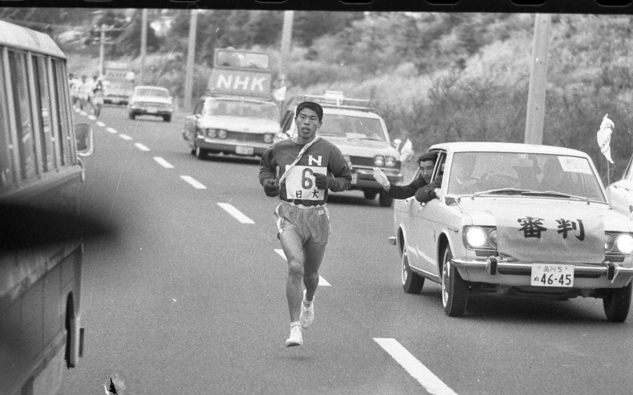 復路6区 往路優勝で2分18秒の貯金がある日大、復路一斉スタートで内野幸吉(4年、区間1位)が早くもトップへ=1968年1月3日