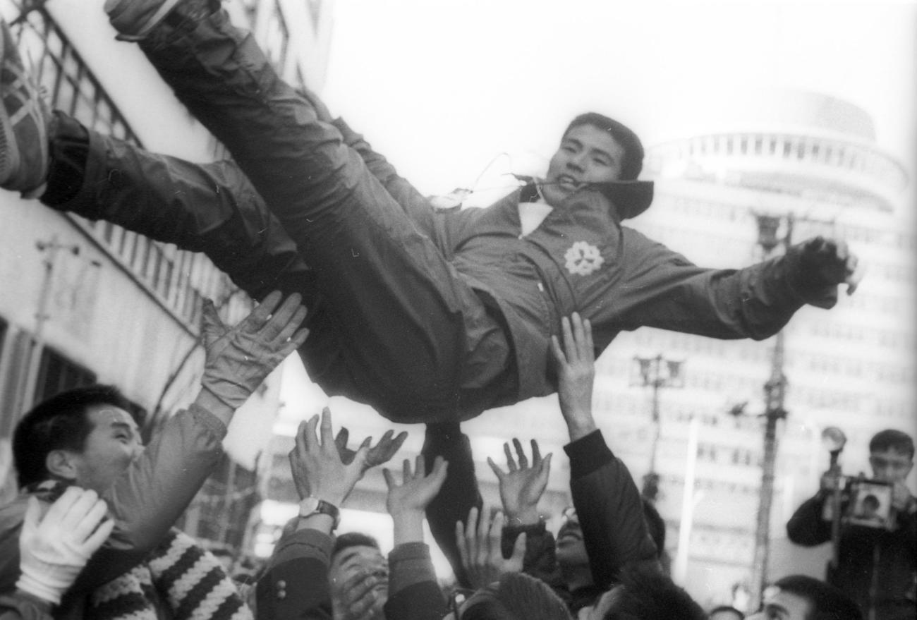 復路10区読売新聞社横 47年初参加以来、21度目にして初優勝を飾り、胴上げされる日体大・岡野章監督(29歳)=1969年1月3日