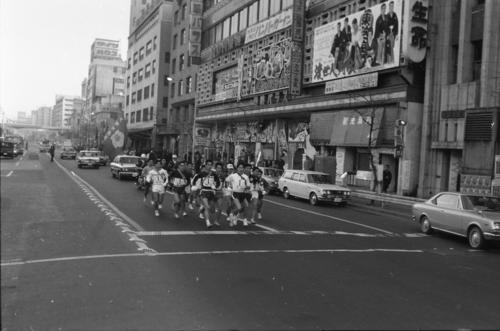 往路1区 午前8時、15校が読売新聞社横を一斉スタート、東映会館前を行く ※41度出場の早大と38度出場の明大がメンバー不足で予選を欠場=1970年1月2日