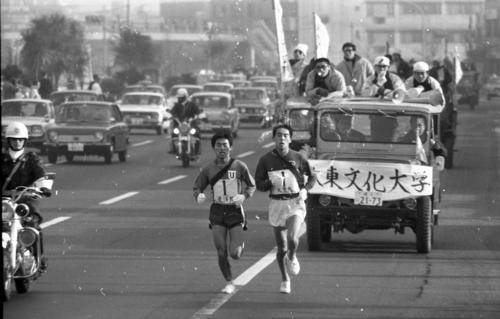 往路1区 日大、国士舘大が出遅れる中、東洋大・伊沢徹男(左=3年、区間1位)と大東大・森下茂樹(右=1年、区間2位)が大健闘でトップ争い=1970年1月2日