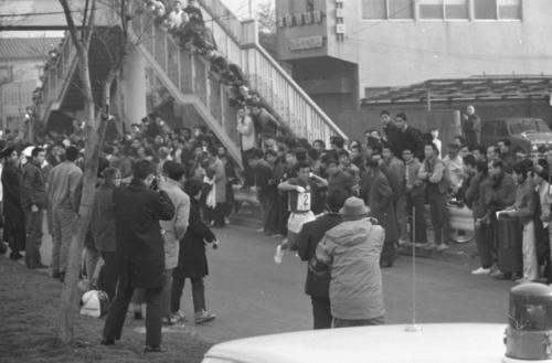 往路2区 東洋大にわずか1秒遅れの2位でタスキをもらった大東大・尾堂博(3年)=1970年1月2日
