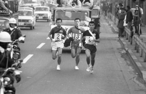 往路2区 トップを並走する左から大東大・尾堂博(3年)、東洋大・富永輝幸(3年)、日体大・田中弘一(2年)=1970年1月2日