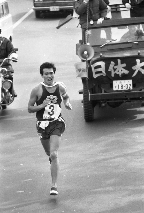 往路3区 トップに立った日体大・山口敏夫(3年)=1970年1月2日