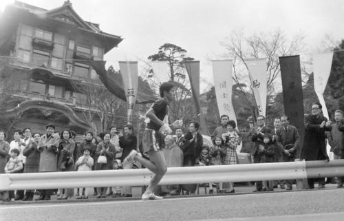 往路5区 正月の行楽客が待ち受ける富士屋ホテル前をトップで駆け抜ける日体大・松岡厚(4年、区間新の1時間15分09秒)=1970年1月2日