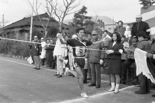 往路5区大観山入り口 1時間15分09秒の区間新で往路優勝のゴールテープを切る日体大・松岡厚(4年)