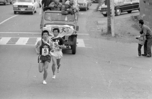 復路9区 デッドヒートを繰り広げる日体大・石倉義隆(左=1年)と日大・高尾信昭(右=3年)=1970年1月3日